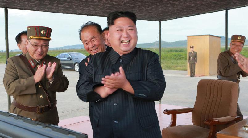 朝鮮人民軍戦略軍の中長距離戦略弾道ミサイル「火星12」発射訓練の成功を喜ぶ金正恩朝鮮労働党委員長。日時は不明。朝鮮中央通信が16日報じた(朝鮮中央通信=朝鮮通信)
